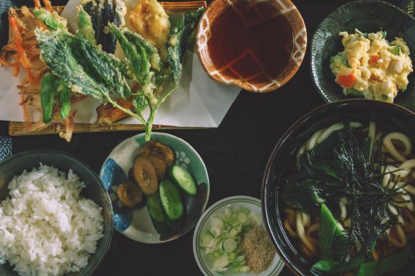 手打ちのうどん、自家製の野菜のてんぷら、小鉢などの定食