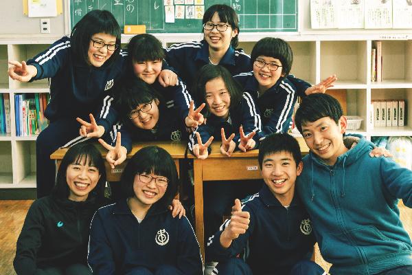 上野村立中学校の子どもたちと先生