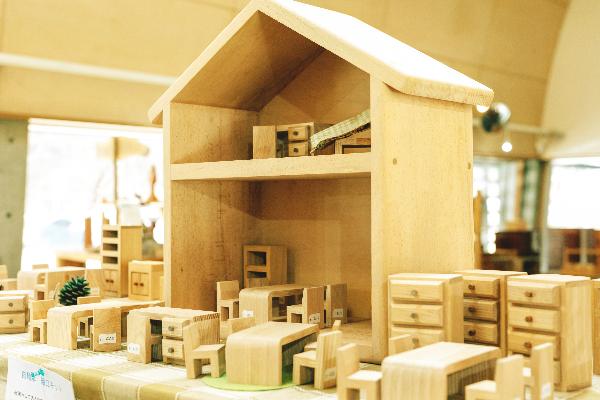 辻さん作の木製の優しいドールハウス