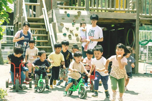 保育所で遊ぶ子供たち
