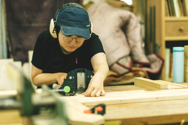 木工のお仕事に勤しむ岸さん